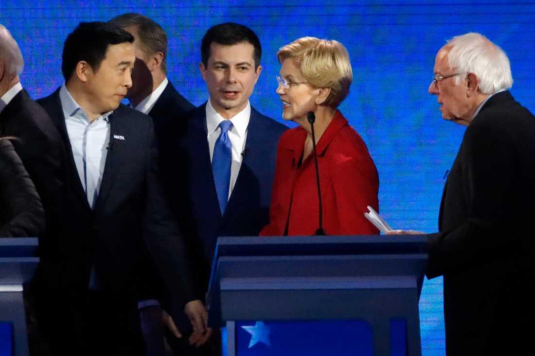 Andrew Yang, Pete Buttigieg, Elizabeth Warren och Bernie Sanders i samspråk efter debatten.