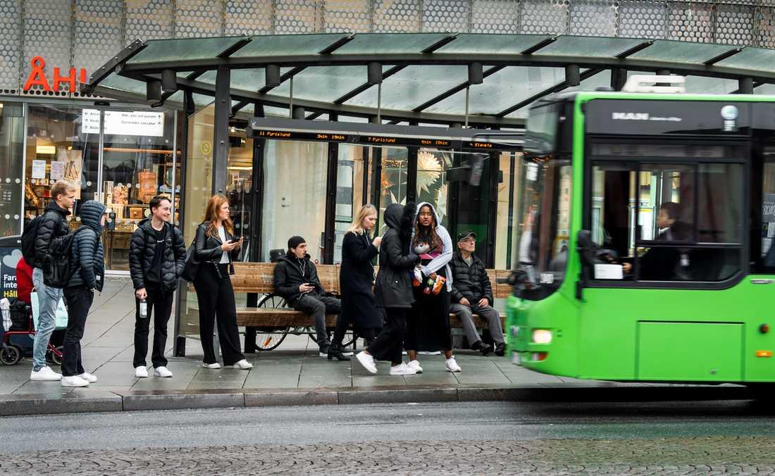 Från och med den 20 oktober uppmanas alla som vistas i Uppsala län att undvika resor med kollektivtrafik eller andra allmänna färdmedel och undvika att ha fysisk kontakt med andra personer än de som man bor tillsammans med. Arkivbild.