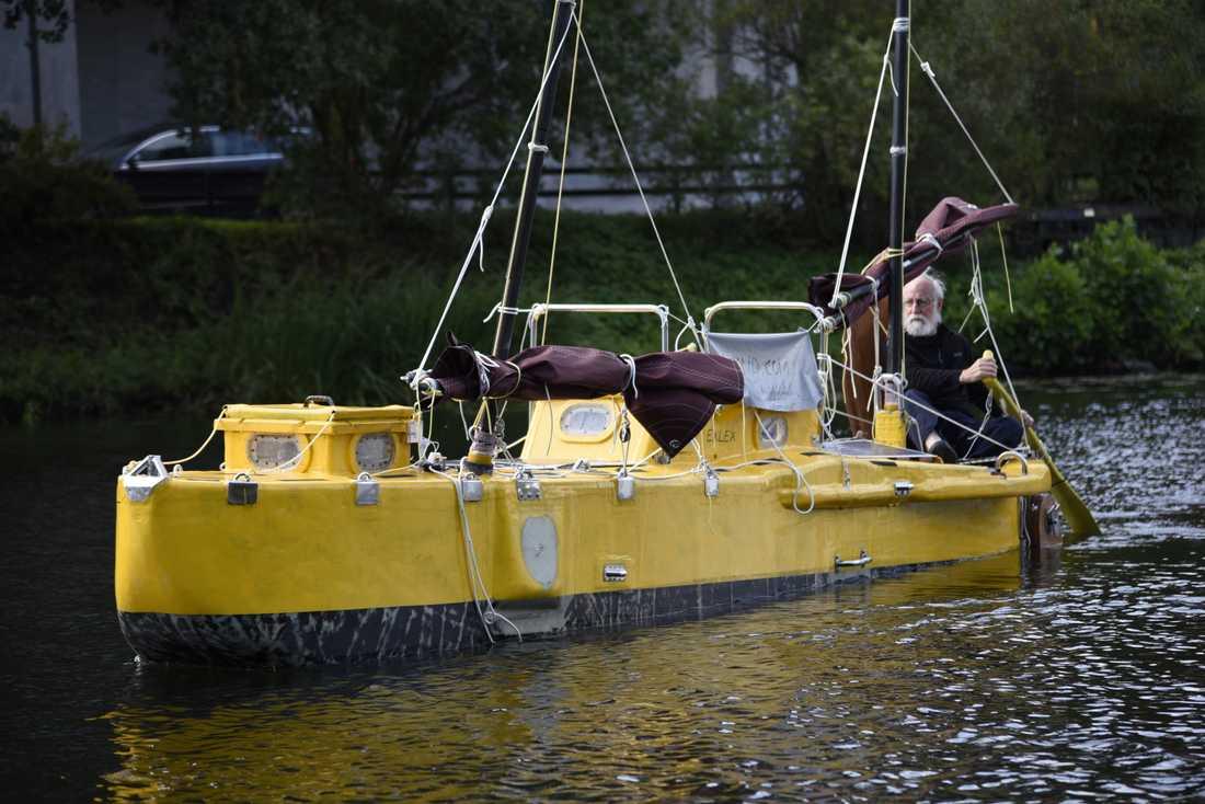 Sven Yrvind, 79, och hans hembyggda båt Exlex inför resan som nu avbrutits.