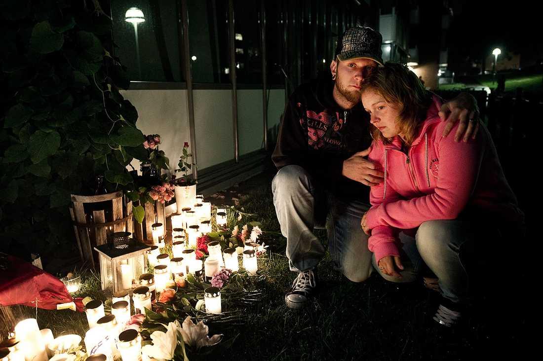 Vännerna Sandra Branzén och Tobias Jansson sörjer vid minnesplatsen, som är på Jens Janzons uteplats.