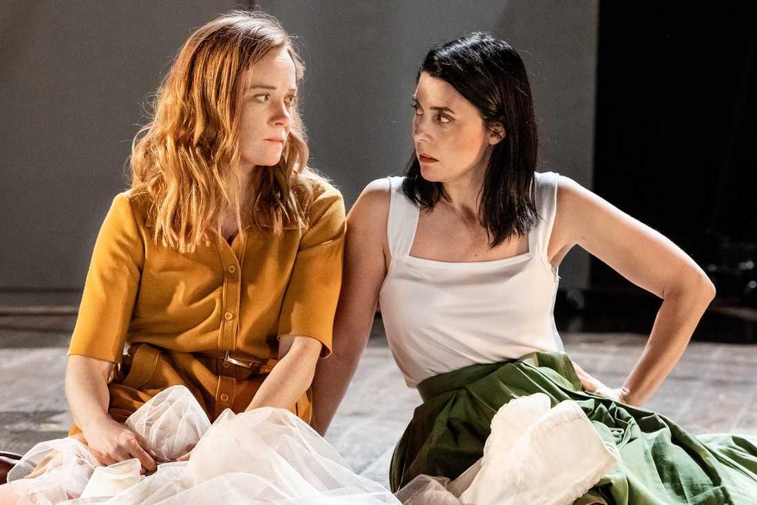 Maja Rung och Ruth Vega Fernandez som Lenú och Lila i Elena Ferrantes Min fantastiska väninna på Årsta Folkets Hus Teater.