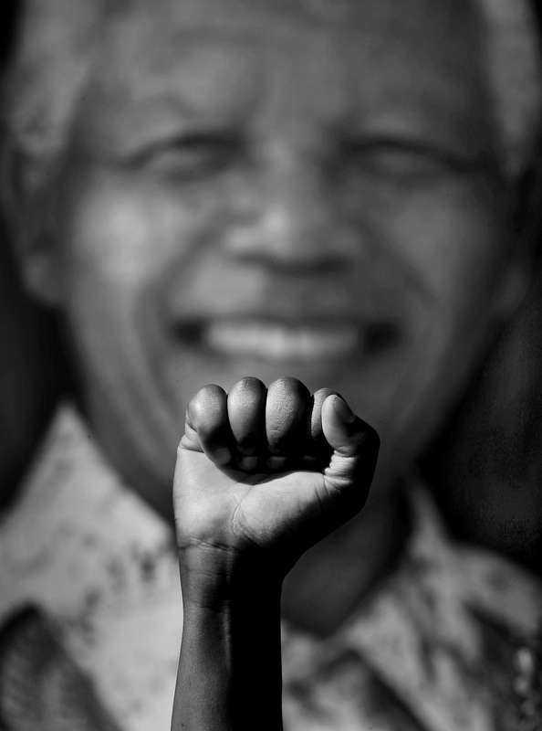 12 DECEMBER, PRETORIA I SYDAFRIKA Nelson Mandela somnade in den 5 december. En vecka senare fördes hans kista i kortege genom Pretoria. Tusentals människor samlades vid Union Building för att ta ett sista farväl. Frihetskämpen och landets första svarta president somnade in stilla i sitt hem. Han blev 95 år.
