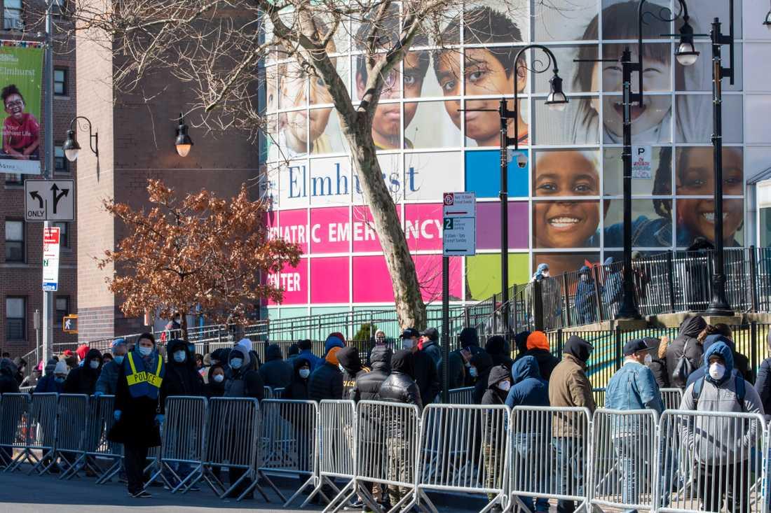 Människor köar för att testa sig för coronavirus i Queens, New York.