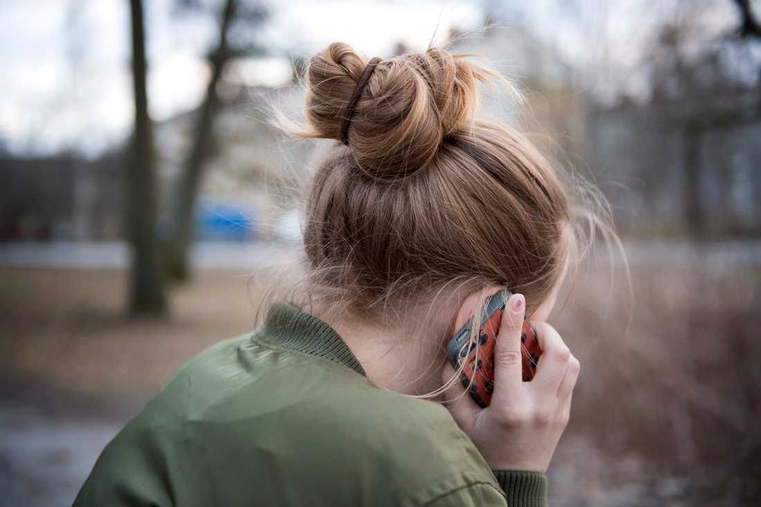 Gammal som ung som är orolig och vill prata med någon kan ringa till Röda Korsets nya stödtelefon. Arkivbild.