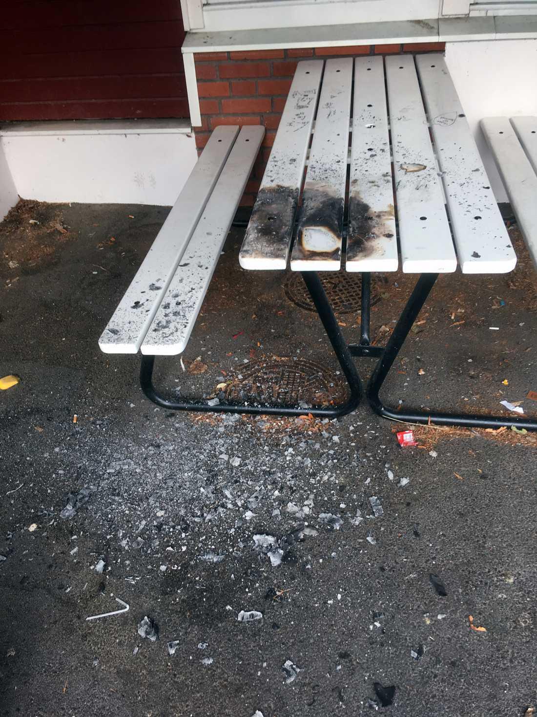 Utöver hakkorsen hade någon bränt bänkarna som står på skolgården.