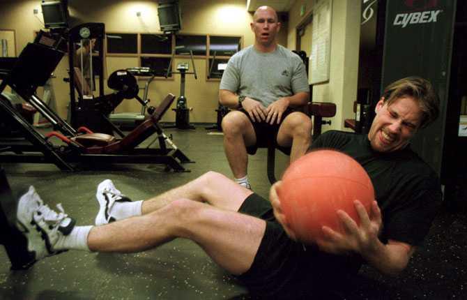 REHABILITERING Många års slit började kosta på. Här tränar Forsberg under överinseende av Colorados fystränare Paul Goldberg efter att ha ådragit sig en axelskada i slutet av 1999.