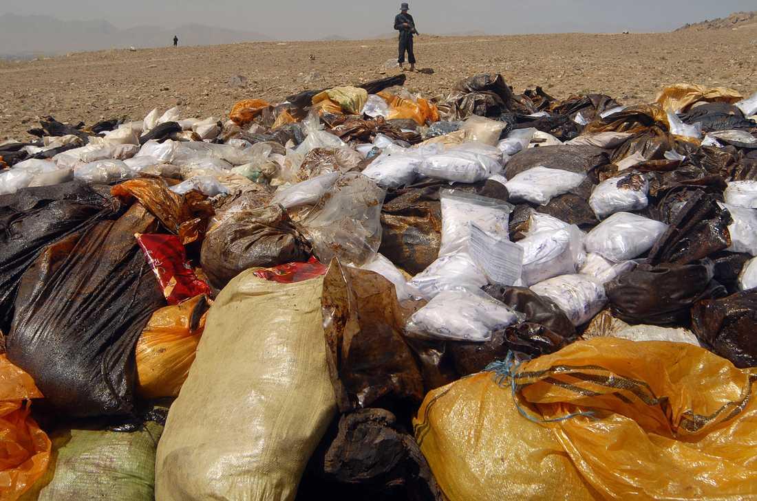 Stora mängder beslagtaget opium brändes på måndagen utanför Afhanistans huvudstad Kabul.