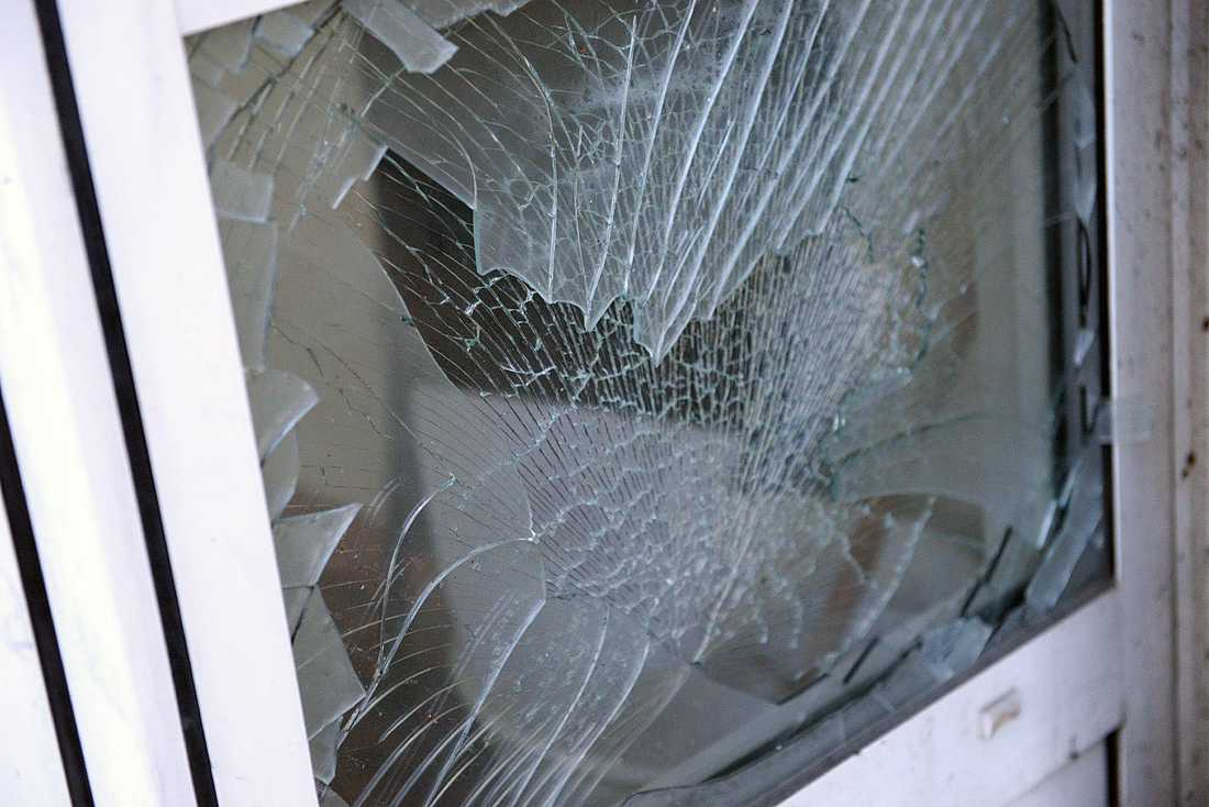 Krossad fönsterruta.