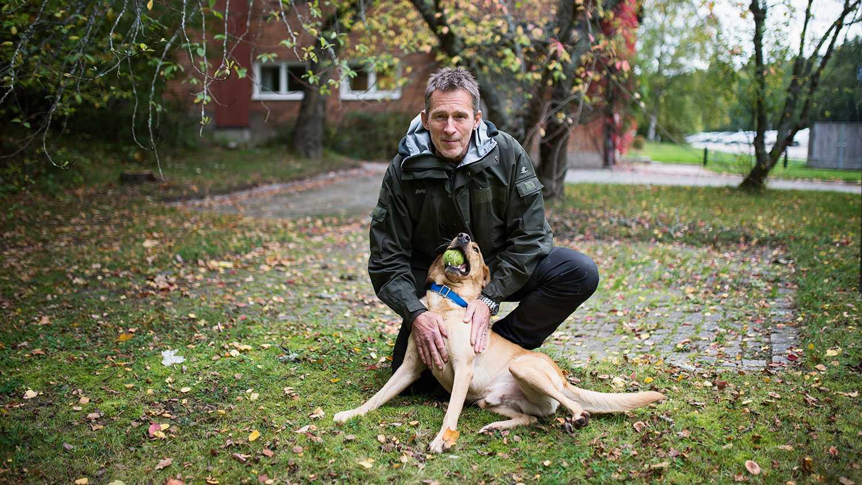 Ace är en gul jaktlabrador som är tränad att söka efter blod, sperma och lik. Han är matglad och oerhört förtjust i tennisbollar, berättar husse Lars-Göran Eriksson.