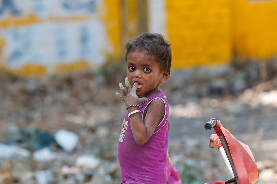 Ett hemlöst barn i Allahabad, Indien, det landet i världen med högst antal fattiga. Arkivbild.