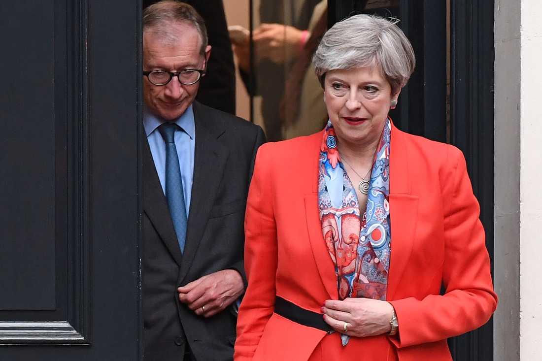Theresa May lämnar partihögkvarteret på fredagsmorgonen