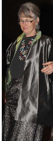 Laurie Fraser Kvällens stora flopp. Det sägs att hon står för designen själv, men hon borde ägna sig åt något annat än just modedesign. Jag har svårt att hitta ett enda rätt. Färg, materialval och passform är fel. Betyg: minus