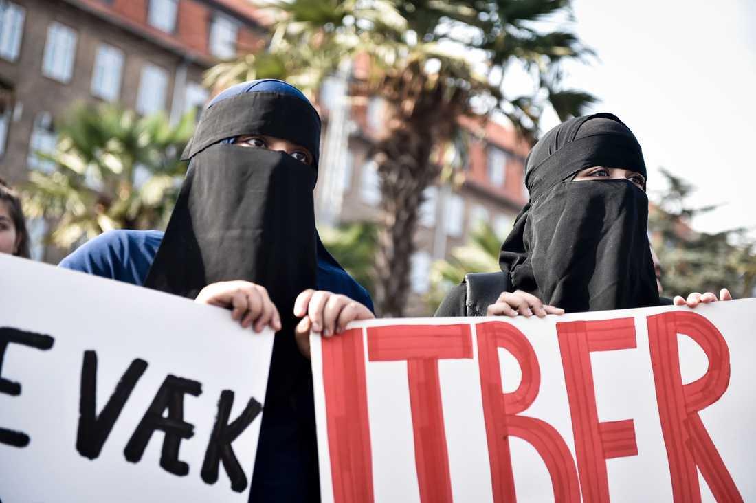 Den danska lagen som förbjuder ansiktstäckande klädsel på offentlig plats har kritiserats för att rikta sig mot muslimer.