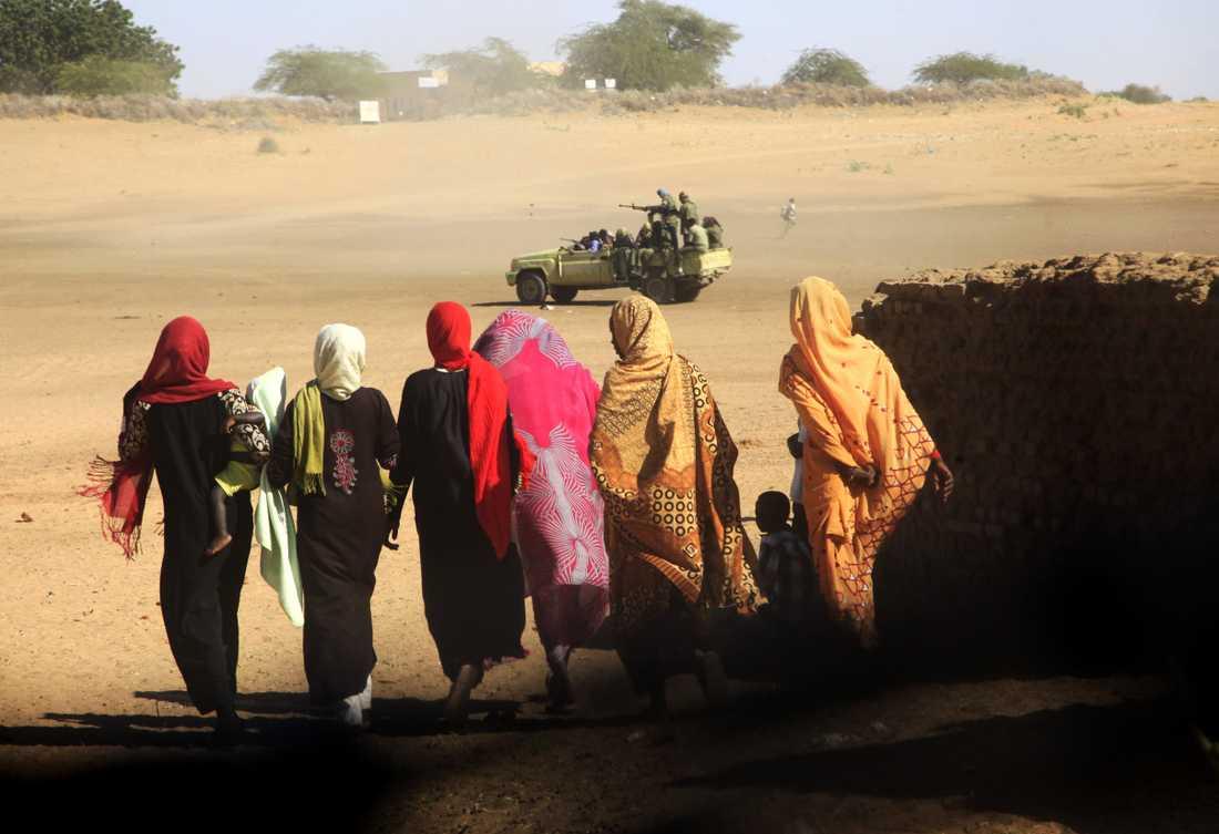 Omkring 2,5 miljoner människor har tvingats fly sina hem i Darfurprovinsen i Sudan. Nya attacker har genomförts mot jordbrukare. Arkivbild.