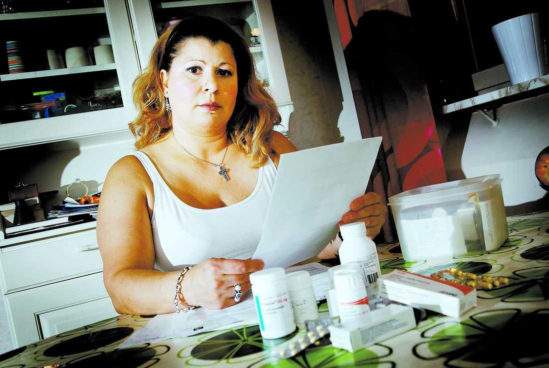 Äter smärtstillande varje dag 41-åriga Selma Imas från Stockholm har ständig värk efter en olycka. Men trots att hon tvingas äta smärtstillande medicin varje dag och att hennes läkare flera gånger har intygat att hon inte kan jobba anser Försäkringskassan att hon är frisk nog.