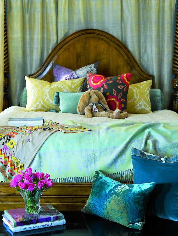 Många av möblerna i villan har valts ut av Mischa och hennes mamma. Bekväma kuddar är ett måste.