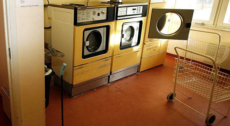 Många lappar i tvättstugan saknar avsändare och leder inte längre till irritation – eller ett gott skratt. På tre år har grannfejderna i tvättstugan tredubblats.