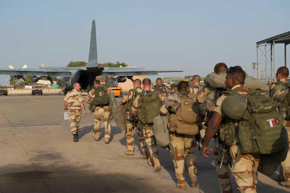 Franska trupper gör sig redo för att gå på ett plan i  N'Djamena.
