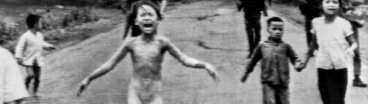 Bilden av Vietnamkriget. Flickan Kim Phuc springer skrikande längs vägen sedan hennes hemby, Trang Bang, bombats med napalm av USA.
