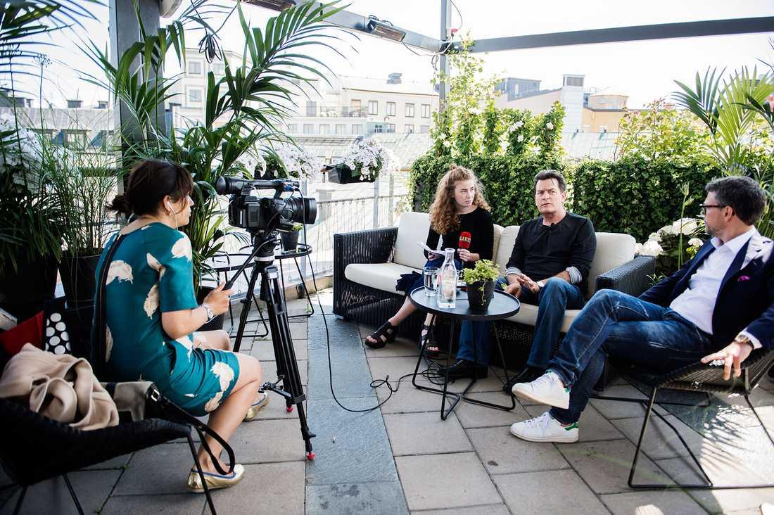 Charlie Sheen intervjuas i soffan av Nöjesbladets reporter Linn Elmervik.