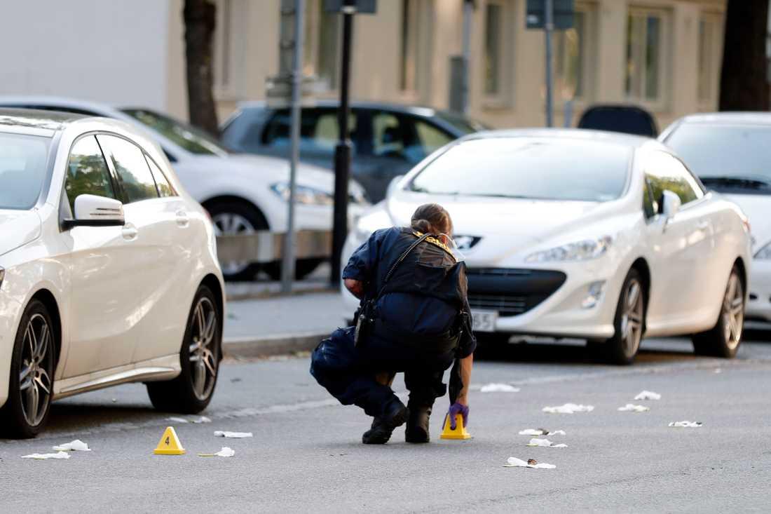 Vittnesuppgifter talar om uppemot 20 avlossade skott på platsen.
