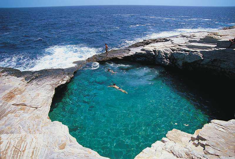 Thassos ligger bara 25 minuter med färja från grekiska  fastlandet. Här finns det andlöst vackra badvikar att svalka sig i.