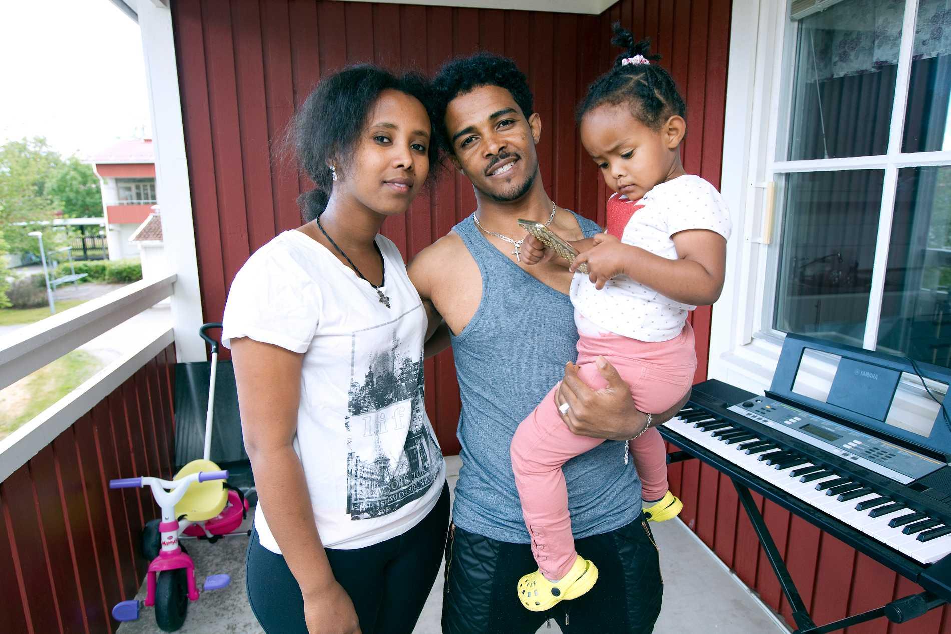 Mamman Luwam Fkadu, pappan Awet med dottern Sened.
