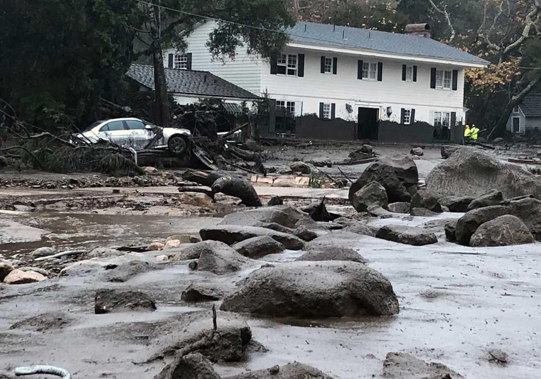 Stora stenar rullade in i bland bostadshus i jordskredet.