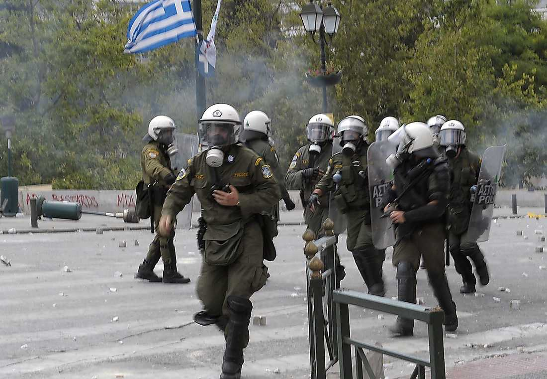 Grekland riskerar fler kriser där det behövs gasmasker än den ekonomiska krisen, menar debattören.