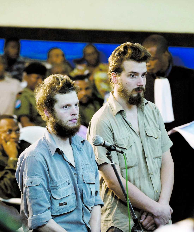 legosoldater Joshua French och Tjostolv Moland under rättegången. Fram till 2007 var de anställda av det norska försvaret och när de greps hade de försvarets id-brickor på sig.