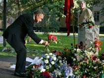 Ett år efter Annas död. Ett berg av blommor täcker graven på Katarina kyrkogård i Stockholm.