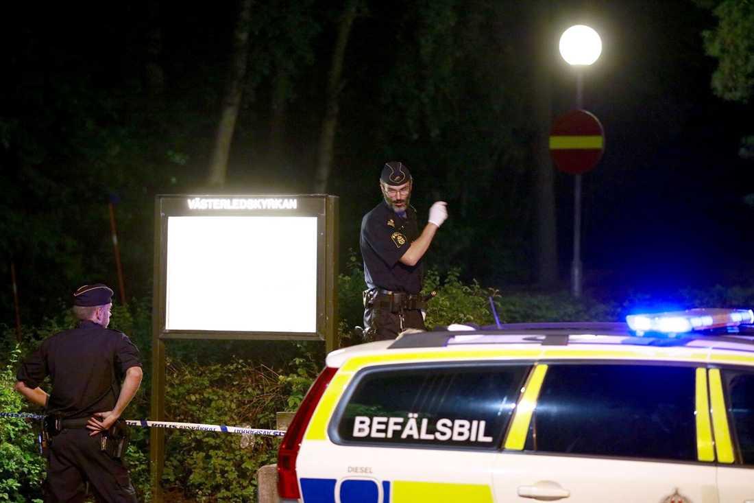 Polis på platsen där mannen sköts.