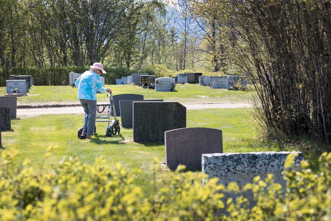 En äldre kvinna på en kyrkogård. Arkivbild.