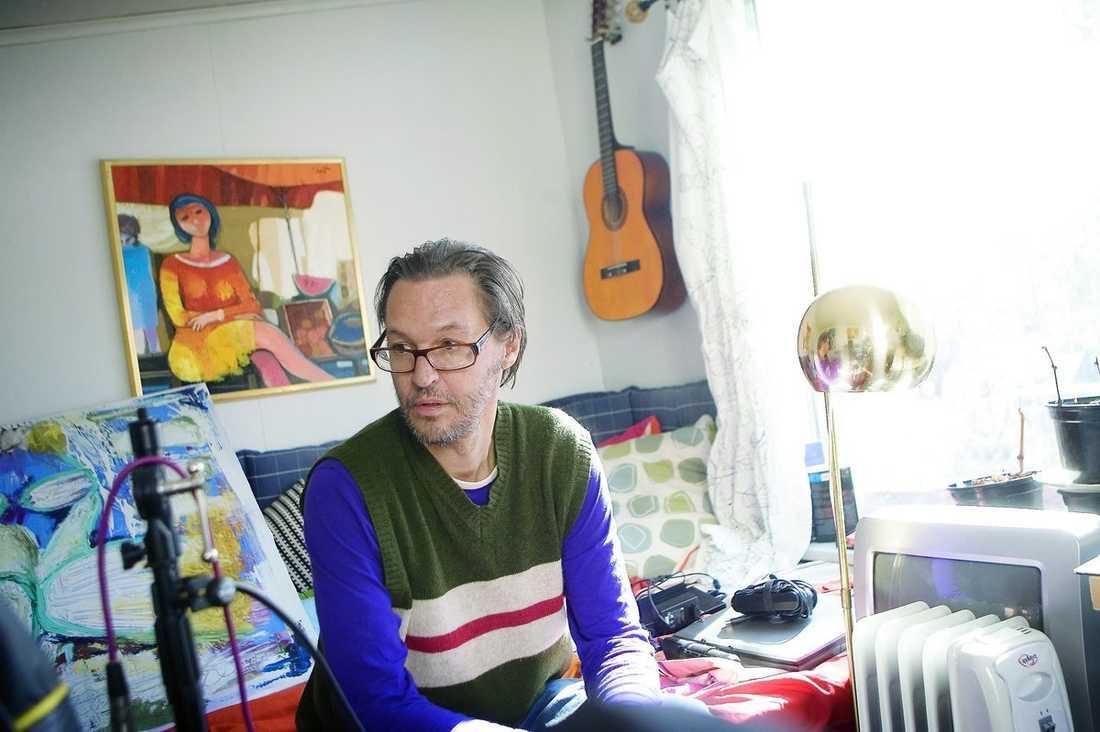 """HYLLAS. Olle Ljungström tar emot hemma hos producenten för hans nya album """"Sju"""", Torsten Larsson 2011. Ett album som Söndags Tore S Börjesson beskriver som hans bästa sen """"Det stora kalaset"""" (1997)."""