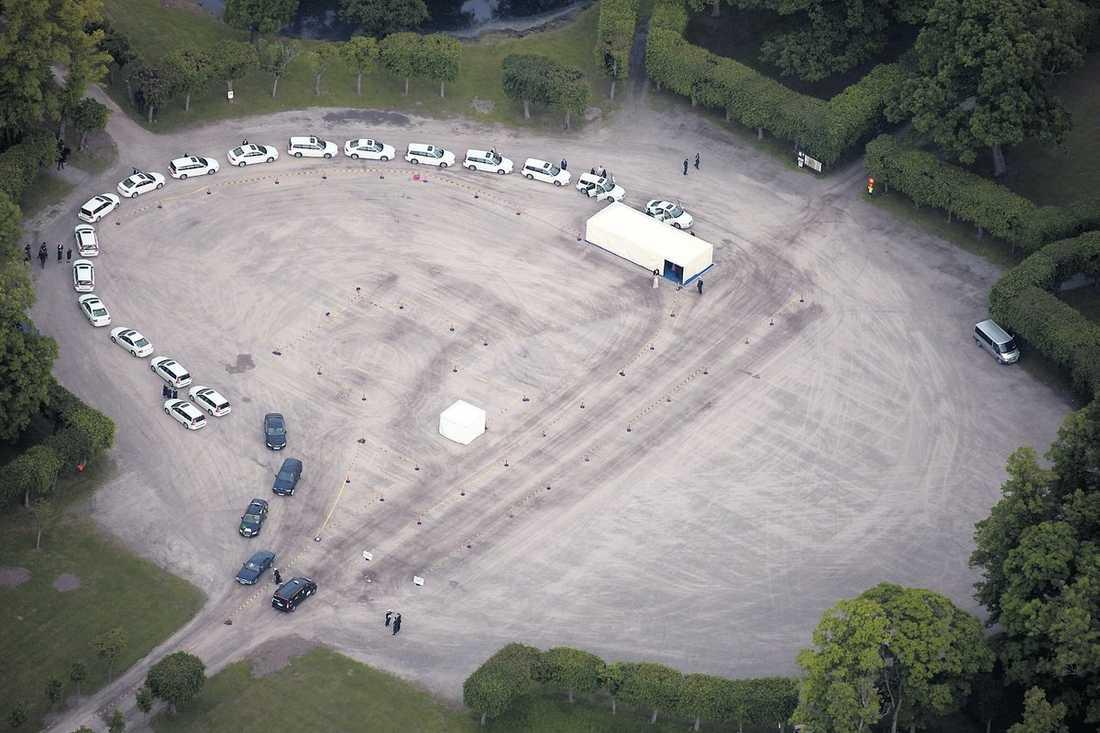 Alla gäster fick kliva av sina bilar på grusparkeringen för att skjutsas i vita bilar genom parken till slottet.