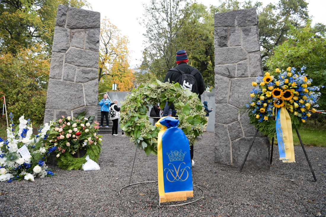 Kransar på plats vid Estonias minnesmonument vid en ceremoni med anledning av att det är 25 år sedan fartyget förliste. Arkivbild.
