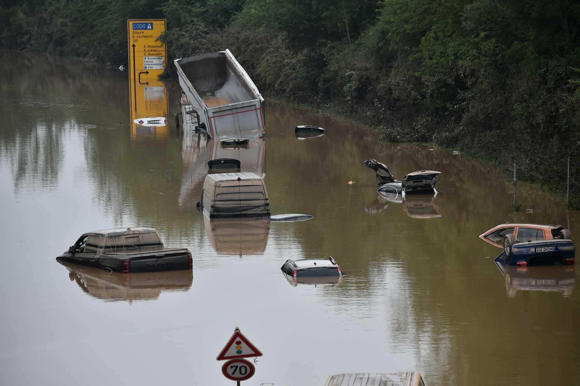 Motorvägen som går i höjd Erftstadt–Blessem är helt begraven i vatten.