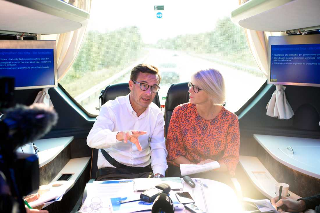 Ulf Kristersson och Elisabeth Svantesson på bussturné.