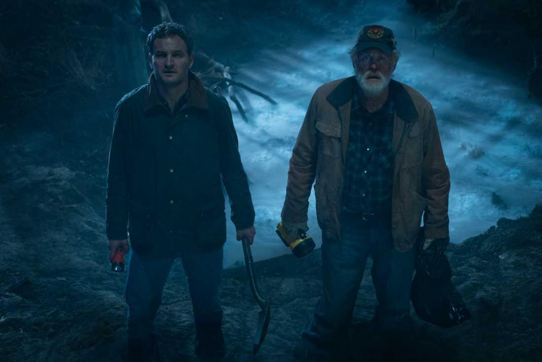 Jason Clarke och John Lithgow.