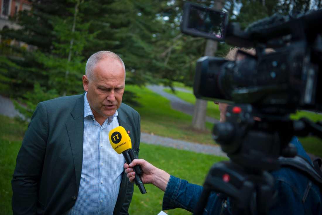 Vänsterpartiets ledare Jonas Sjöstedt försvarar partiets agerande gentemot den tidigare medlemmen och riksdagsledamoten Amineh Kakabaveh.