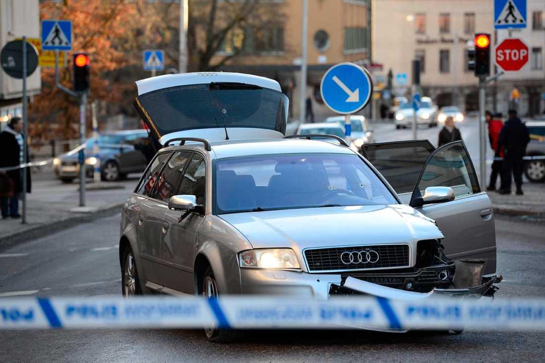 Polisen sköt sönder däcken på rånarnas Audi.