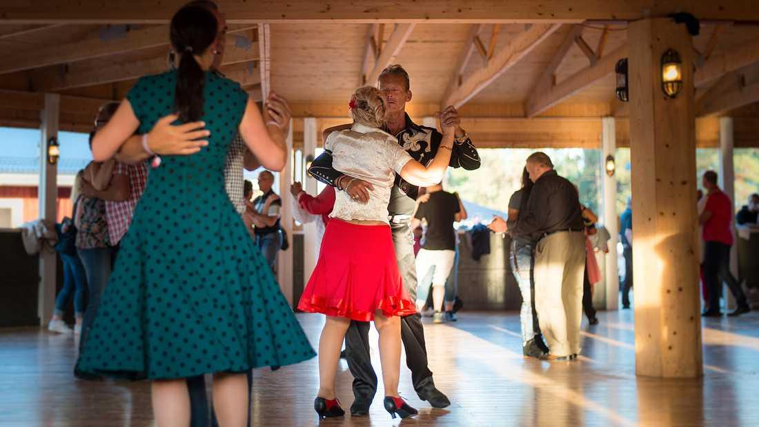 På dansgolvet är det jämn könsfördelning – men inte på scen.