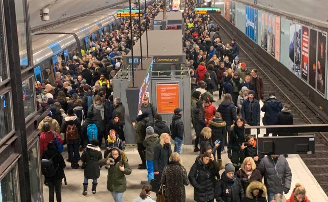 Under tisdagsförmiddagen har Storstockholms lokaltrafik återigen stora problem.