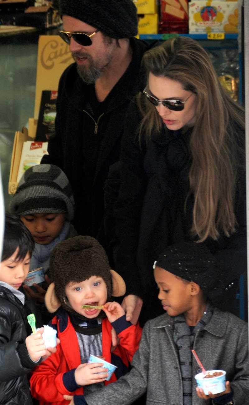 Familjen Jolie/Pitt käkar glass.