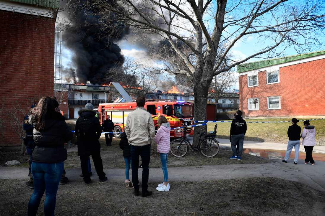 Fullt utvecklad lägenhetsbrand – tre personer skadade