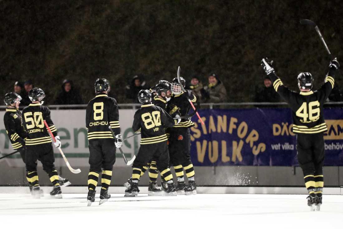 AIK kunde jubla i den avgörande SM-åttondelsfinalen i bandy hemma mot Hammarby.