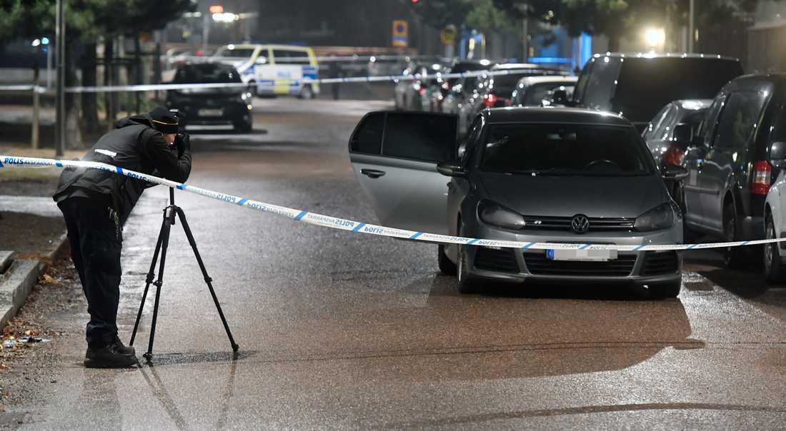 Polisens tekniker på plats vid den beskjutna bilen.