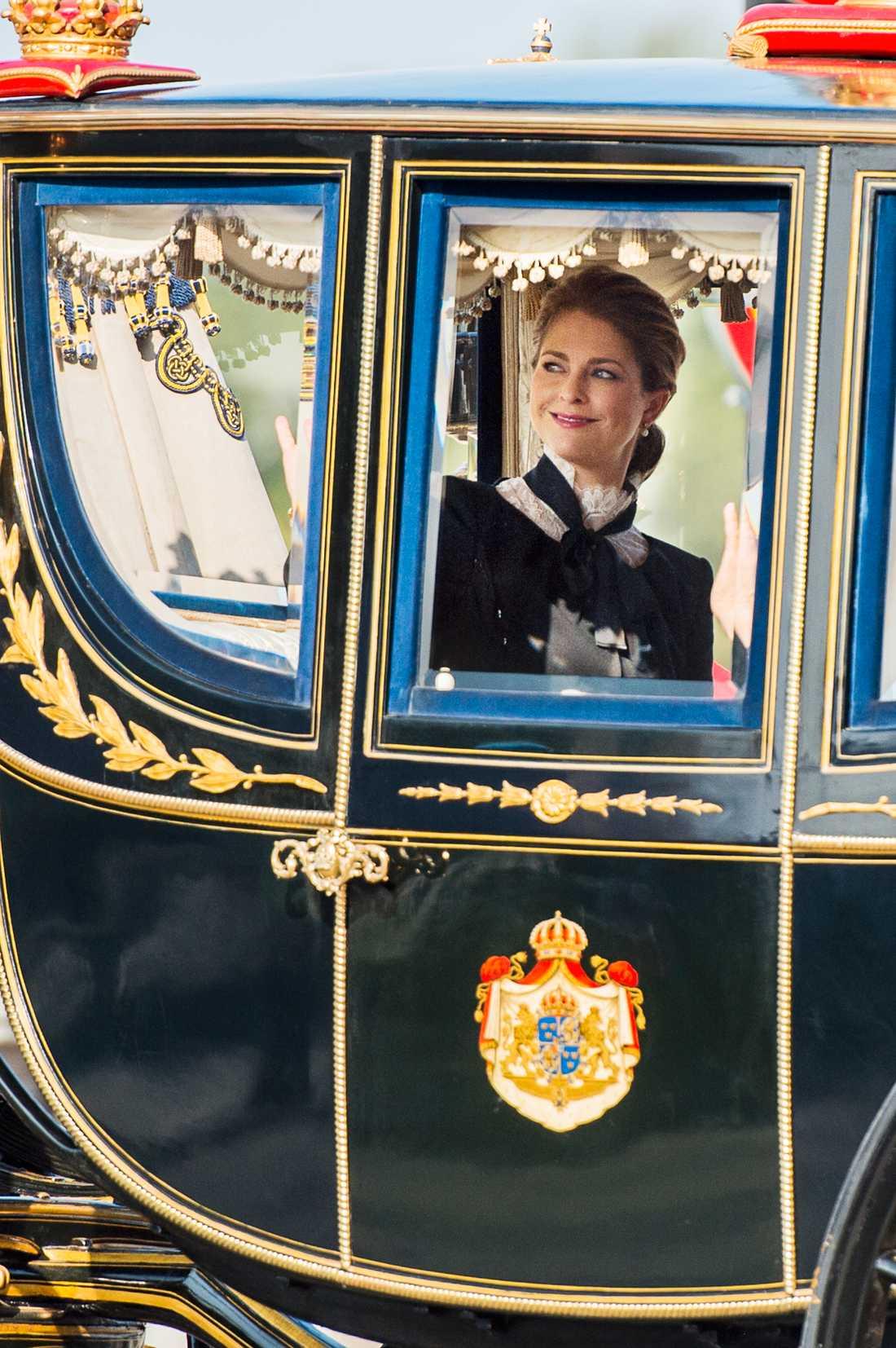Prinsessan Madeline på väg till riksmötets öppnande.