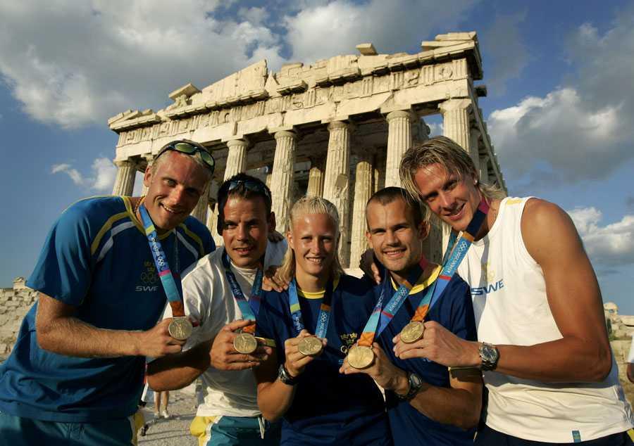 OS I ATEN 2004 De fem guldmedaljörerna i Aten, samlade vid foten av Akropolis: Henrik Nilsson och Markus Oscarsson, kanot, Carolina Klüft, sjukamp, Stefan Holm, höjdhopp, och Christian Olsson, tresteg.