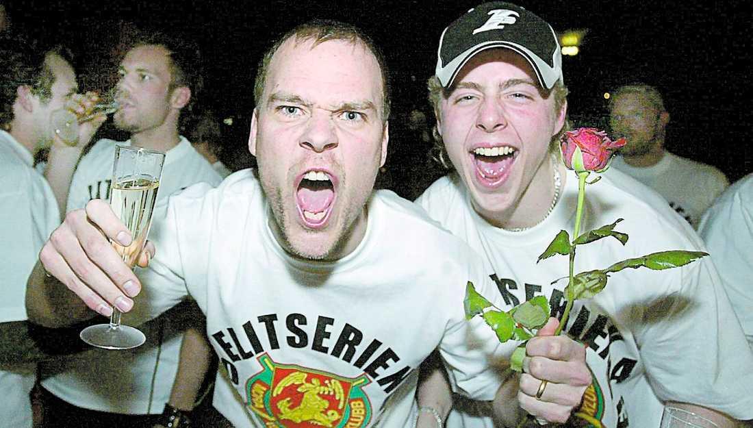 SKÅL MORA! För tre år sedan firade Mikael Simons och Pierre Johnsson Moras steg till elitserien med champagne.